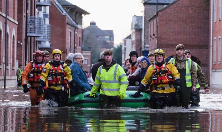 Militari au fost nevoiți să intervină pentru evacuarea a peste 4000 de locatari izolați de inundații în York (Foto: The Independent)