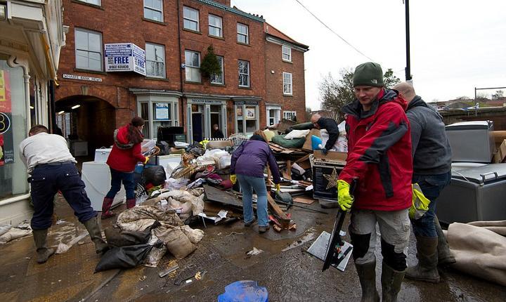 În multe locuri, ca aici la Tadcaster în Yorkshire, inundațiile au devastat casele oamenilor (Foto Getty)