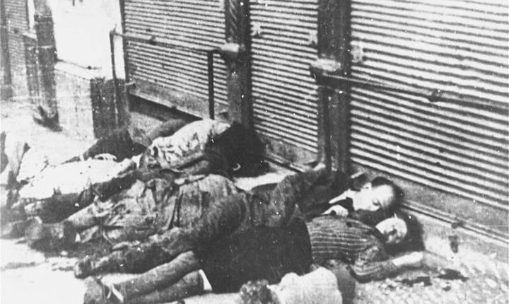 Numeroși evrei au fost executați în plină stradă, ca aceștia pe strada Vasile Conta