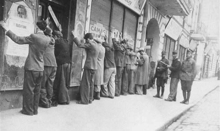 Alți evrei au fost arestați pe stradă, ca aici pe strada IC Brătianu
