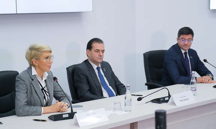 Raluca Turcan, alături de premierul Ludovic Orban (Sursa foto: gov.ro)