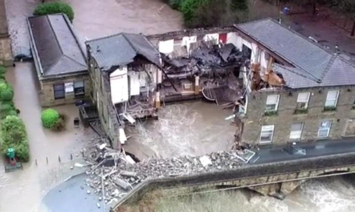 Acest pub din suburbia orașului Manchester nu a rezistat însă furiei apelor (Foto The Sun)