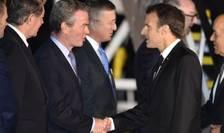 Emmanuel Macron salutînd membrii guvernului australian pe aeroportul de la Sydney, 1 mai 2018
