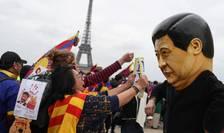 Membri ai comunităţii tibetane şi uigure manifestînd la Paris pe 24 martie 2019 pentru a cere mai multă libertate în China