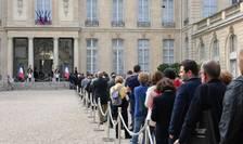 Francezi aşteptînd să semneze în registrul de condoleanţe de la Palatul Elysée.