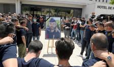 9 mai, Avignon: poliţiști aducîndu-i un omagiu colegului lor Eric Masson ucis de un dealer.