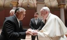 Pope Francisc (dreapta) și premierul Viktor Orban (stânga)