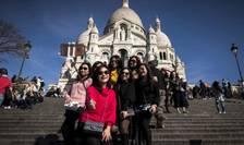 Turişti chinezi în faţa bazilicii Sacré-Coeur la Paris.