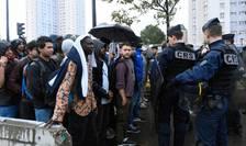 Evacuarea unor imigranţi instalaţi într-o tabără improvizată la Porte de la Chapelle, în nordul Parisului, august 2017