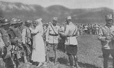Regele Ferdinand şi Regina Maria decorând militarii care au luptat la Mărăşeşti