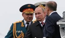 Presedintele Vladimir Putin trece în revistà navele rusesti de la Sevastopol în compania ministrului rus al Apàràrii Serghei Soigu, 9 mai 2014.