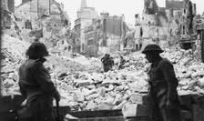 Trupe britanice la Caen în iulie 1944 după alungarea germanilor