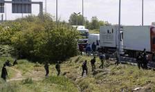 Migranţi încercînd, în jurul oraşului Calais, să urce în camioane cu destinaţia Marea Britanie (mai 2015)