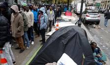 Migranti la Paris, în zona Stalingrad, asteptînd ajutoare alimentare - 2016