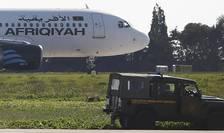 Vehicule militare stationate în apropierea avionului de tip A320 deturnat pe insula Malta pe 23 decembrie 2016