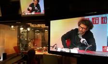 Regizorul Radu Mihàileanu (aici în studiourile RFI în noiembrie 2016) este unul dintre semnatarii apelului din Le Monde
