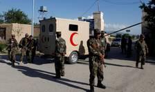 Soldati afgani în fata bazei de la Mazar-e-Charif unde a fost comis atacul talibanilor