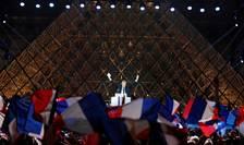 Emmanuel Macron în fata piramidei de la Luvru, duminca 7 mai 2017