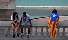 O simpatizanta a cauzei separatiste asteptînd începutul unui miting la Barcelona, pe 29 septembrie 2017.