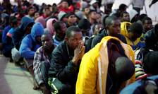 Migranti pe o baza militara de la Tripoli, în noiembrie 2017 dupa ce au fost recuperati de pe mare de marina libiana