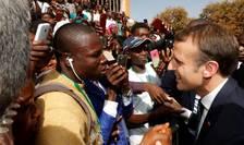Emmanuel Macron în cursul unei vizite pe continentul african, noiembfrie 2017