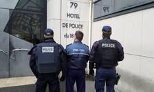 Politist român din Paris, încadrat de doi colegi francezi din arondismentul 18 care au preferat sà-si pàstreze anonimatul.