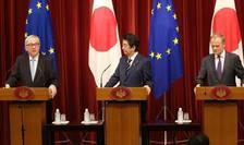 Premierul japonez Shinzo Abe împreuna cu Presedintele Comisiei europene Jean-Claude Juncker si cu Presedintele Cinsiliului european Donald Tusk, 17 iulie 2018, Tokyo.