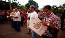 Cubanezi examinînd noile prevederi ale Constituţiei