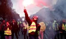 """Veste galbene"" pe Bulevardul Champs-Elysées"