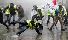 Manifestanţi dispersaţi cu tunuri de apă pe Champs-Elysées, 1 decembrie 2018