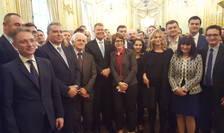 Presedintele Klaus Iohannis si laureatul Nobelului pentru fizicà, Gérard Mourou, înconjurati de masteranzi si doctoranzi români la sediul Ambasadei României din Franta