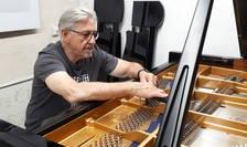 Acordorul belgian Denijs de Winter, în plinà actiune pe un pian Bechstein, la festivalul de la Roque d'Anthéron
