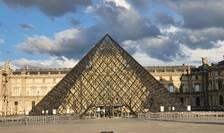 Piramida de intrare în muzeul Luvru.