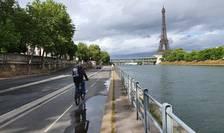 Biciclist pe malul Senei, la Paris, 30 aprilie 2020