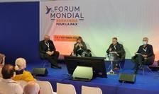 Marc Semo (al doilea din dreapta), jurnalist la Le Monde, modereazà la Forumul mondial Normandie pentru pace o dezbatere consacratà lumii post Covid-19.