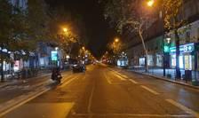 Parisul este pustiu seara, începând cu ora 9 si pânà dimineata la 6, din cauza restrictiilor de circulatie impuse de autoritàti pentru a combate epidemia de Covid-19.