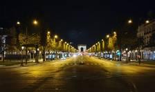 Avenue des Champs-Elysées, pe înserate, în timpul restrictiilor de circulatie.
