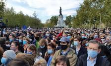Zeci de mii de francezi s-au reunit Place de la République în semn de omagiu pentru profesorul asasinat de un islamist cecen, 18 octombrie 2020.
