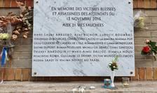 Placa comemorativà din dreptul cafenelei La Belle Equipe, acolo unde în seara zilei de 13 noiembrie 2015 au fost ucisi 21 de oameni printre care Làcràmioara Pop si Ciprian Calciu.