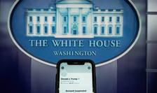 Contul Twitter suspendat al președintelui SUA, Donald Trump, pe un smartphone la sala de informare a Casei Albe din Washington