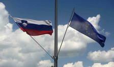 Drapelul sloven alături de cel european, Slovenia asigură pînă la sfîrșitul acestui an președinţia Uniunii care va fi preluată apoi de Franţa.