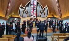 """Dirijorul Christian Ciucà, corul Crescendo pe care îl conduce si cântàreti """"Sing&Fit"""" în biserica Saint-Thibault din Le Peq, 14 martie 2021."""