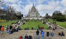 Multà lume în aceastà duminicà de carantinà, în parcul din fata bazilicii Sacré-Coeur din Paris. 21 martie 2021.