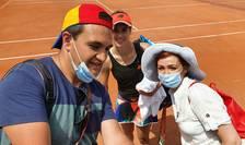 Anca si Radu, doi fani de tenis veniti din Oradea, isi fac un selfie pe marginea terenului cu Sorana Cîrstea care tocmai câstigase meciul cu italianca Martina Trevisan, 2 iunie 2021, pe zgura de la Roland-Garros.