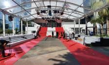 Pregàtiri de ultim moment pentru a instala covorul rosu la Cannes.