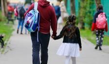 Prima zi cand elevii au putut reveni fizic la scoala, in Bucuresti. Insa cel putin 8000 de cereri au fost depuse de parinti pentru continuarea scolii la distanta.
