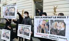 Activisti ai organizatiei de protectie animala Peta au manifestat în fata unui magazin Yves Saint-Laurent la Paris, pe 10 martie 2021.