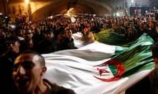 Scene de bucurie pe stràzile din Alger la aflarea demisiei presedintelui Abdelaziz Bouteflika, 2 aprilie 2019