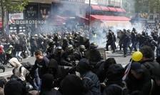 Altercatii au izbucnit între politie si black blocs la Paris, 1 mai 2019.