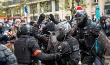 Politia îl aresteazà pe un manifestant în ziua de 12 decembrie 2020.
